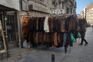 venta de abrigos de piel en mercadillo