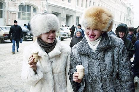 Jovenes con abrigos de piel